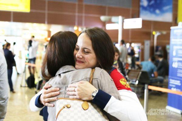 Их провожают родственники: мамы, папы, сестры — трогательные объятия, где-то улыбки радости, где-то слезы печали от предстоящей разлуки.