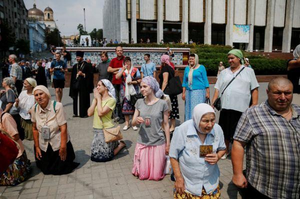 Верующие во время Всеукраинского крестного хода мира, любви и молитвы за Украину.