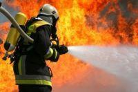 Спасатель тушит огонь