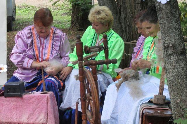 Пожилые казачки учат ремёслам молодых.