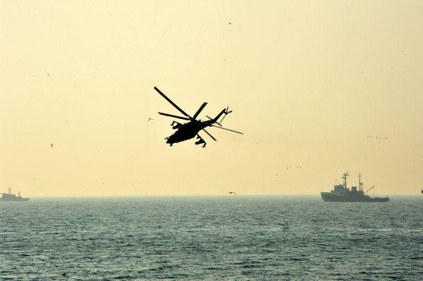 На учениях можно было увидеть как военные корабли, так и боевые вертолеты