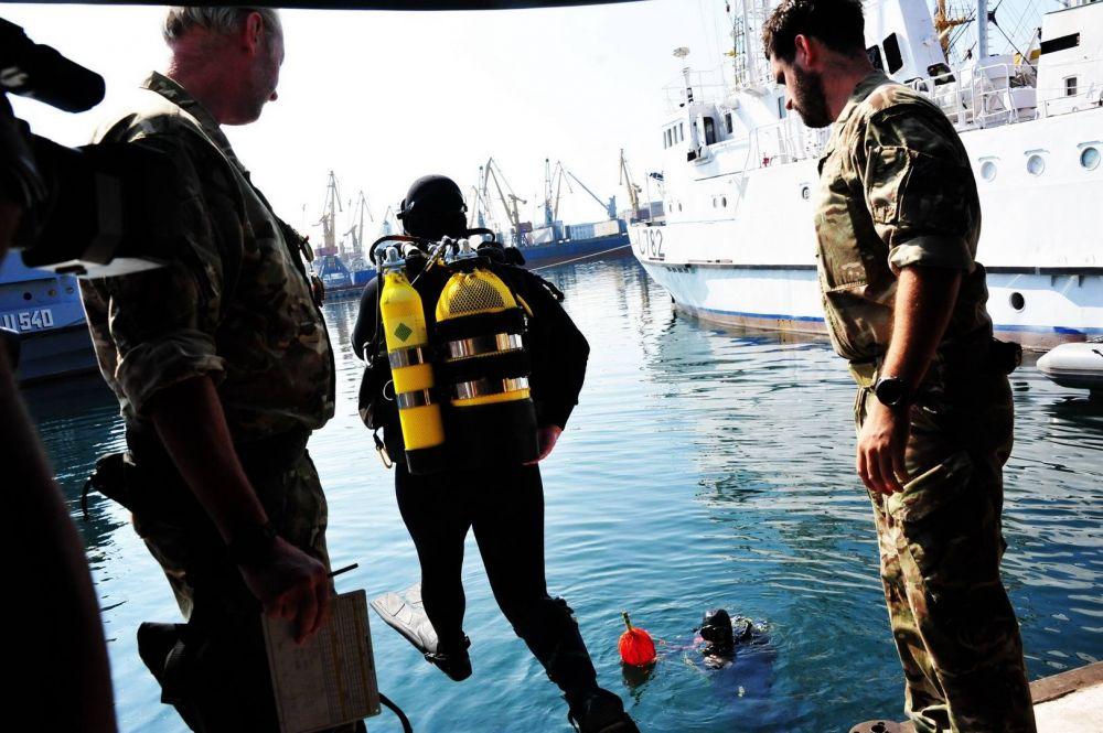 Водолазные команды отрабатывали обезвреживание подводных бомб с погружением под воду