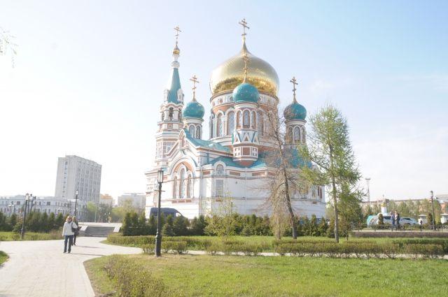 В город едут жители других регионов, чтобы приложиться к святыням.