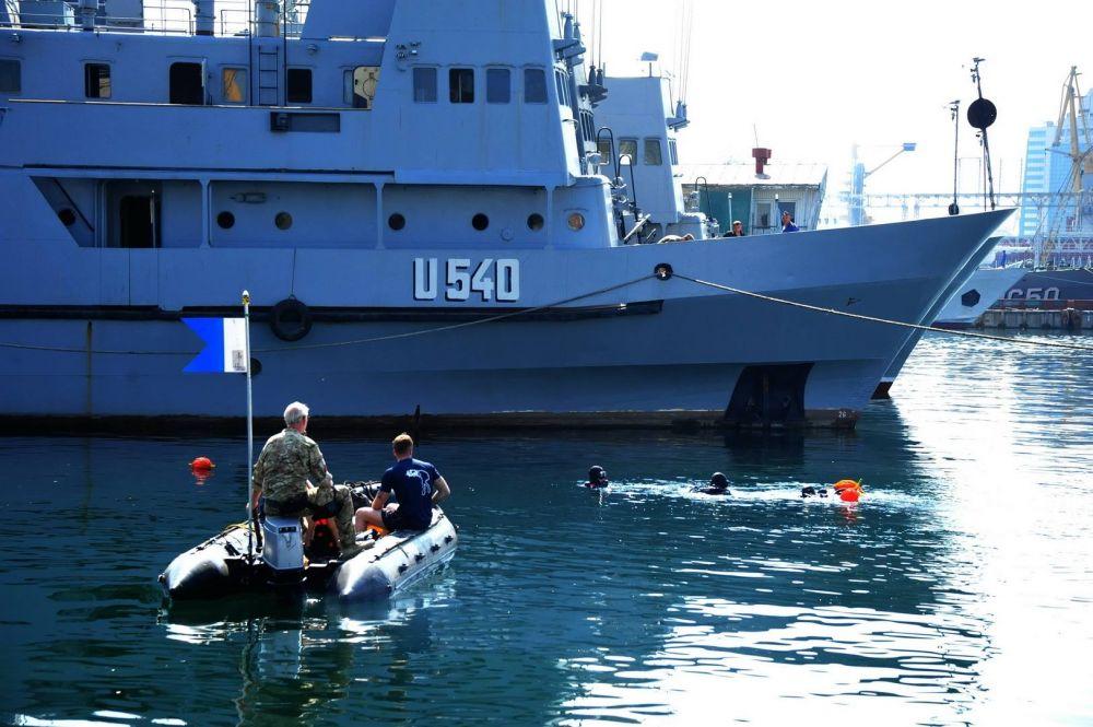 """В рамках Си Бриз отрабатывался захват """"судна-нарушителя"""" с помощью военных катеров и лодок"""