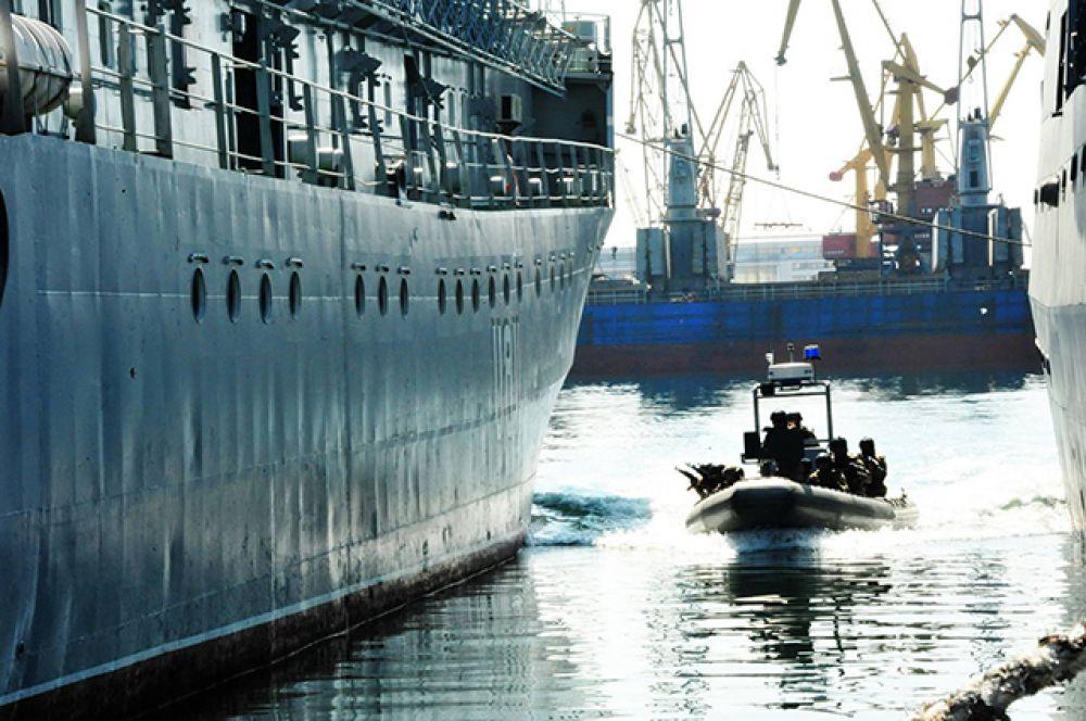 Спецгруппа подплывает к условному вражескому кораблю-нарушителю