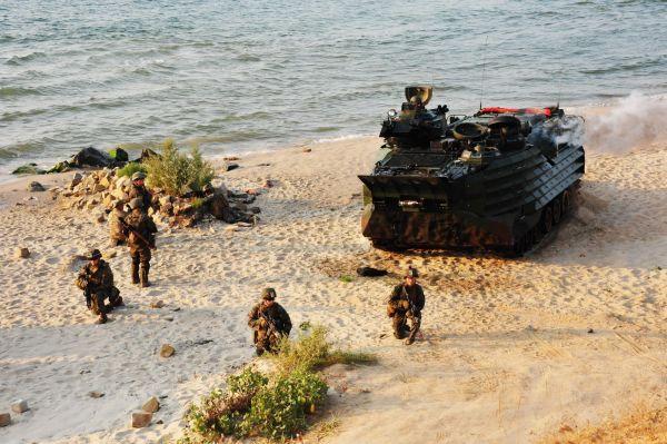 Вот высадка бронетехники со стороны моря вместе с солдатами