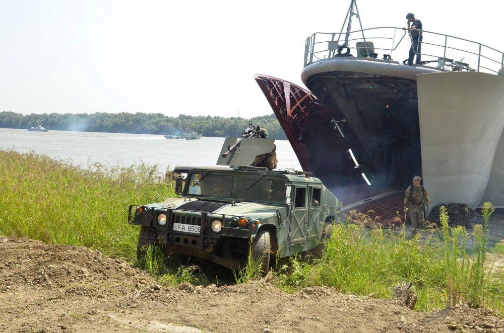 Из кораблей выезжала бронетехника