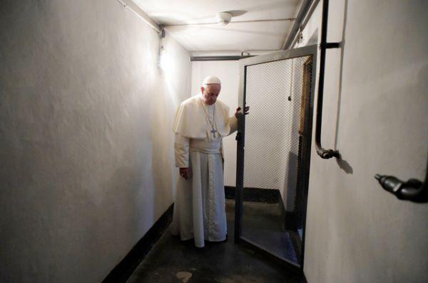 Папа Римский посетил бараки, где ожидали казни узники.
