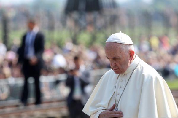 Папа Римский принял решение не произносить здесь речей, а только молиться.