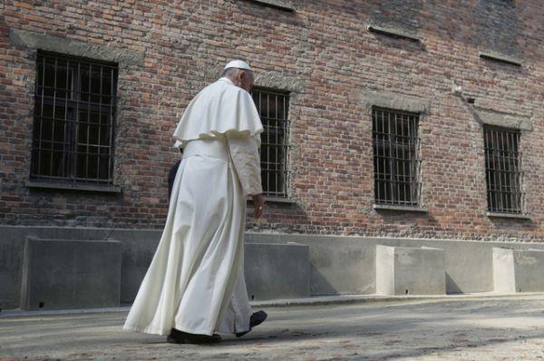 Глава Римской католической церкви помолился в камере, где скончался польский священник Максимилиан Кольбе, причисленный к лику святых, добровольно предложивший убить себя вместо другого узника.