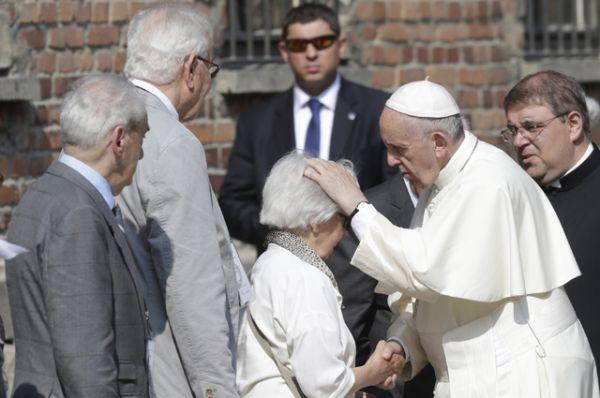 На территории лагеря Франциск встретился с группой бывших узников.