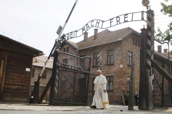 Понтифик пешком прошел сквозь ворота, над которыми написано «Arbeit macht frei» («Труд освобождает»).