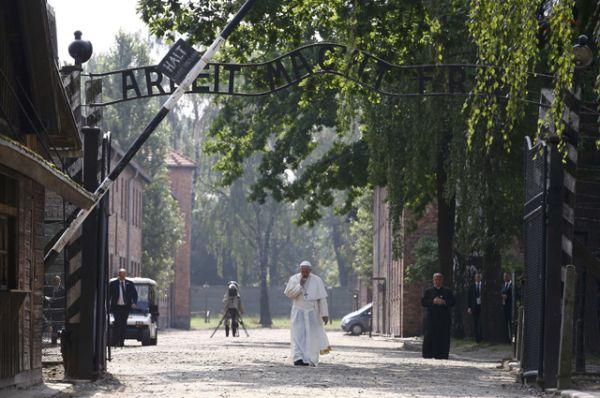 Посещение лагеря смерти было включено в программу визита по просьбе самого Папы.