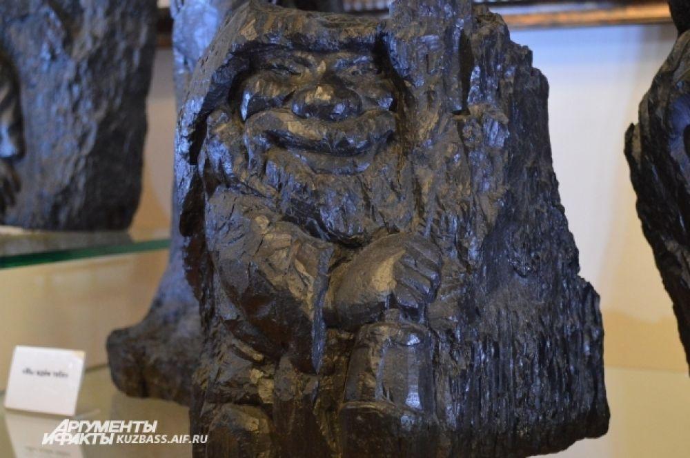 Среди творений мастера есть и животные, и люди, нередко это шахтёры (а иногда даже духи горелого камня, как изображенный на фотографии).