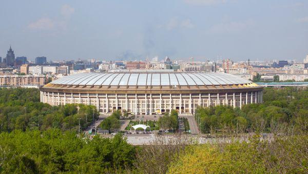 Вид на «Лужники» со смотровой площадки около МГУ, 2013 год. Сейчас стадион закрыт на реконструкцию к чемпионату мира 2018 года.