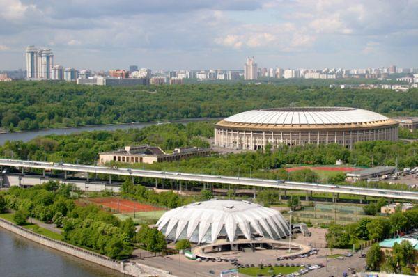 Вид на Большую спортивную арену в Лужниках и универсальный спортивный зал «Дружба» на первом плане, 2004 год.