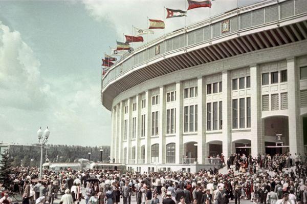 У входа на на Большую спортивную арену Центрального стадиона имени Ленина в Лужниках, 1962 год.