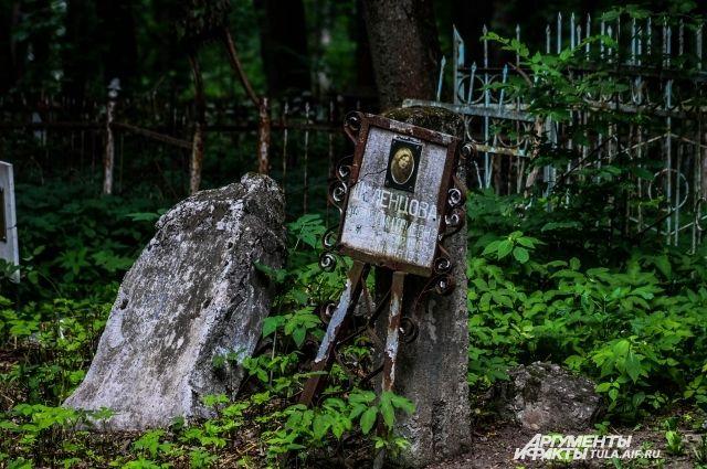 Вандалы разрушили около 20 монументов накладбище вНижегородской области