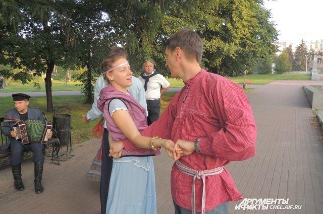 Дмитрий Кашутин учит танцевать всех желющих.