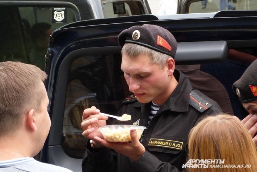 Гости праздника отведали макароны по-флотски.
