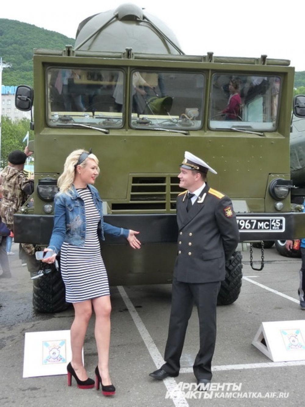 На площадке возле здания правительства прошла выставка военной техники.