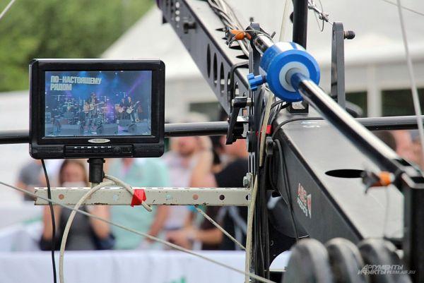 Музыканты и пермские зрители периодически попадали в объектив камеры, а изображение передавалось на большой экран, установленный около сцены.