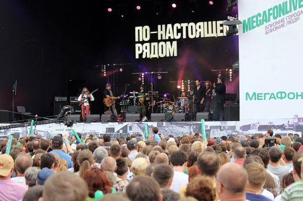 Музыканты группы «Аквариум» исполнили свои бессмертные хиты: «Рухнул», «Стаканы на стол», «Не могу оторвать глаз от тебя», «Небо становится ближе» и др.