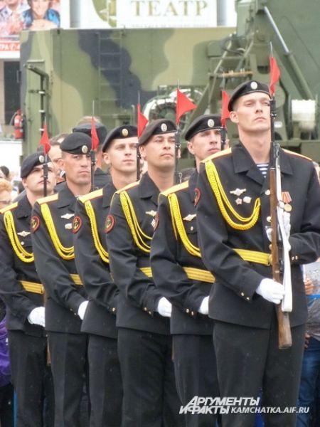 По площади им. Ленина торжественным маршем прошли роты почётного караула и парадных расчётов.