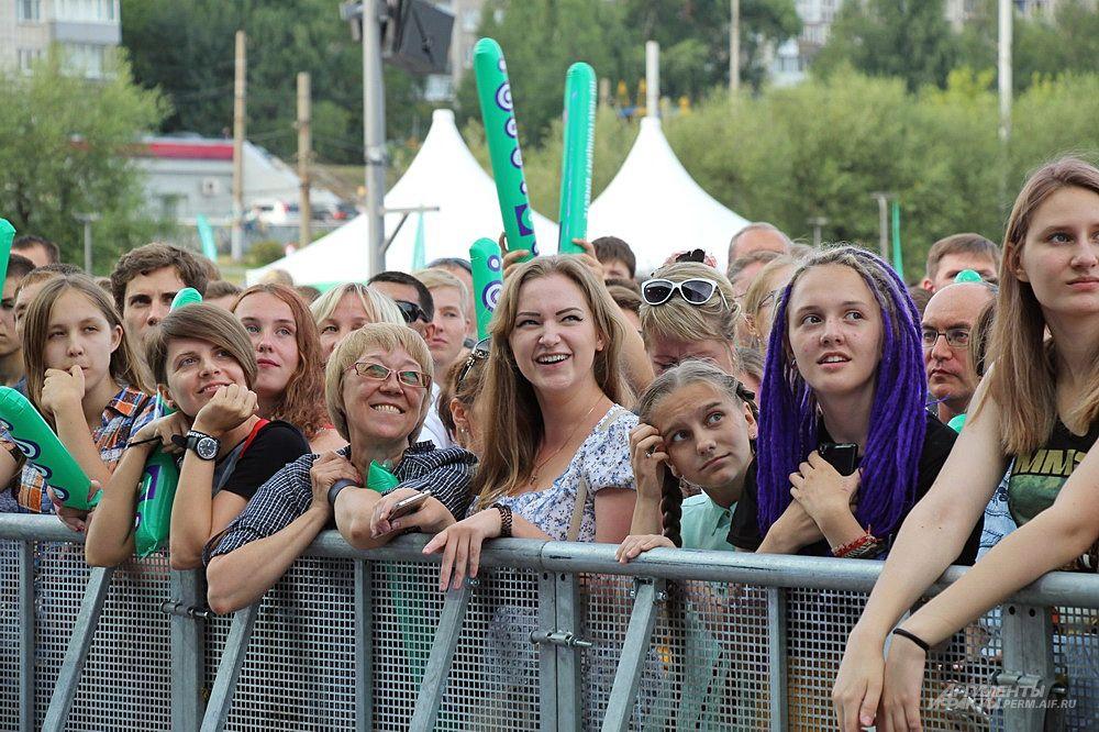 Жители города встречали появление музыкантов на сцене восторженными криками.
