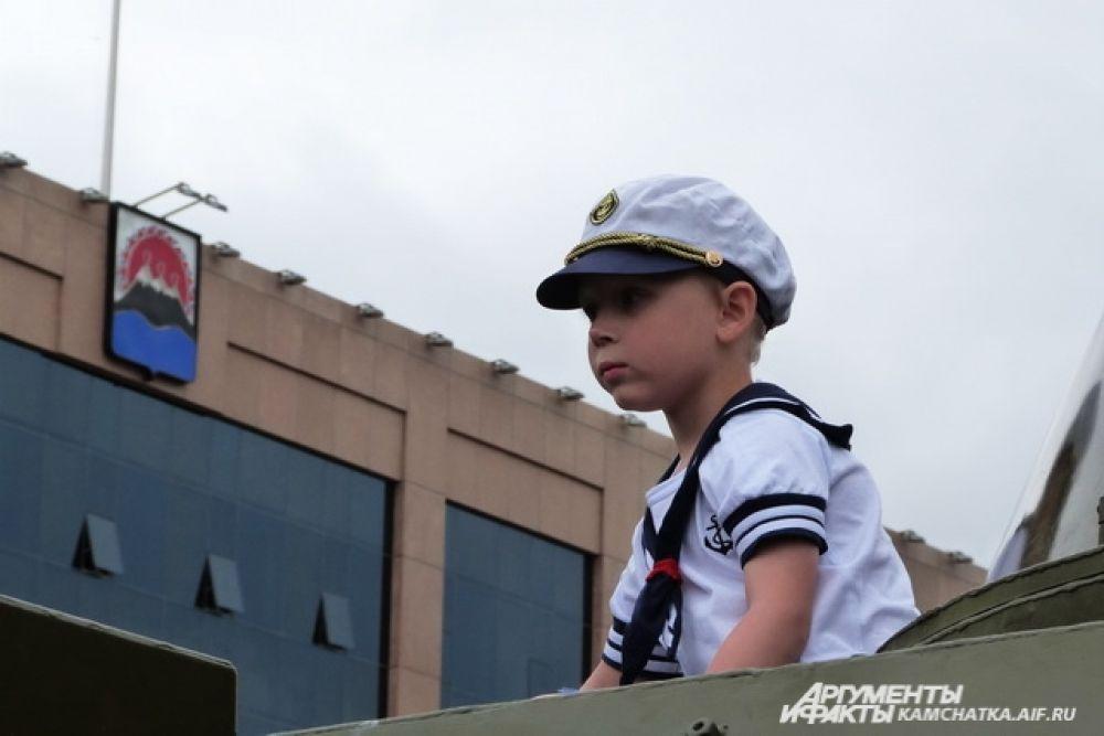 Все желающие могли сфотографироваться с техникой, а малыши с удовольствием забирались в кабины военных автомобилей.