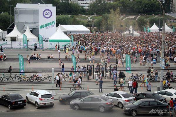 Чтобы послушать живой концерт многие приехали в центр города на велосипедах.