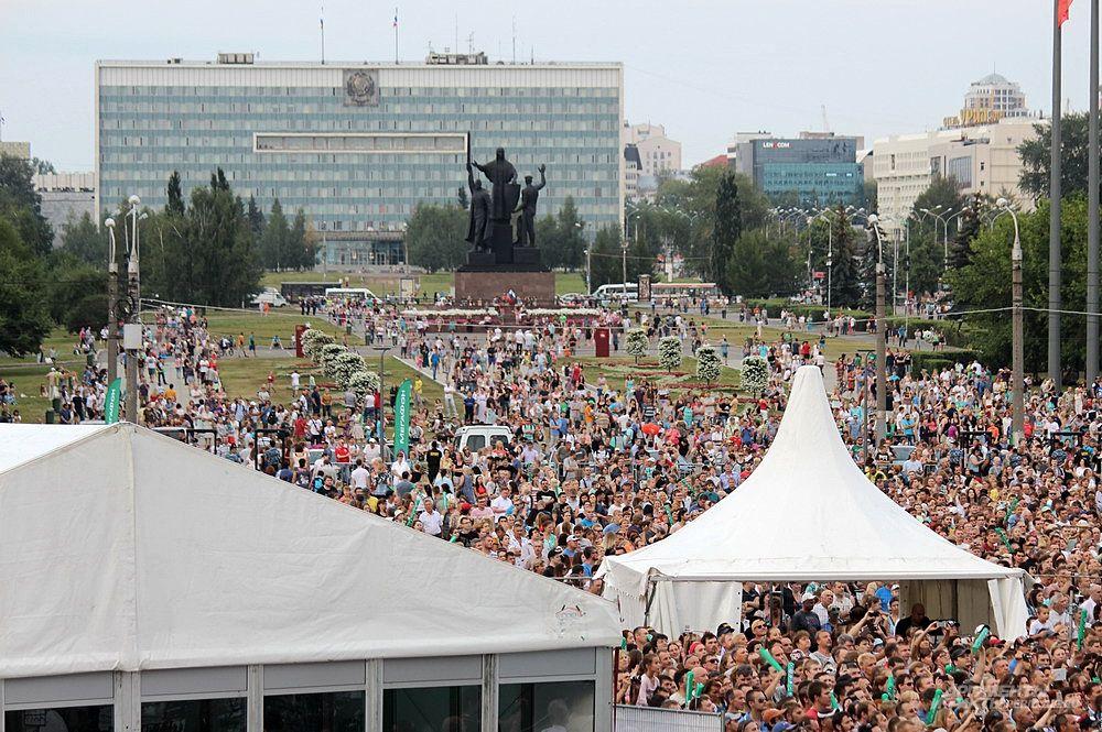 На площади перед Театром-театром не осталось свободного места.