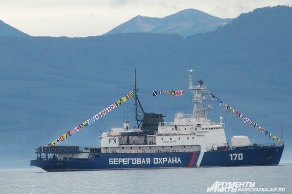 Командующий войсками и силами на Северо-Востоке России, контр-адмирал Сергей Липилин  обошёл на катере строй кораблей парада в Авачинской бухте и поздравил экипажи с профессиональным праздником.