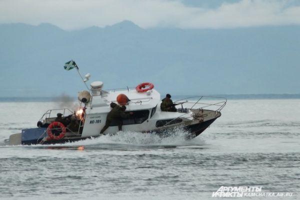 Гостям праздника продемонстрировали действия по задержанию судна «нарушителя».