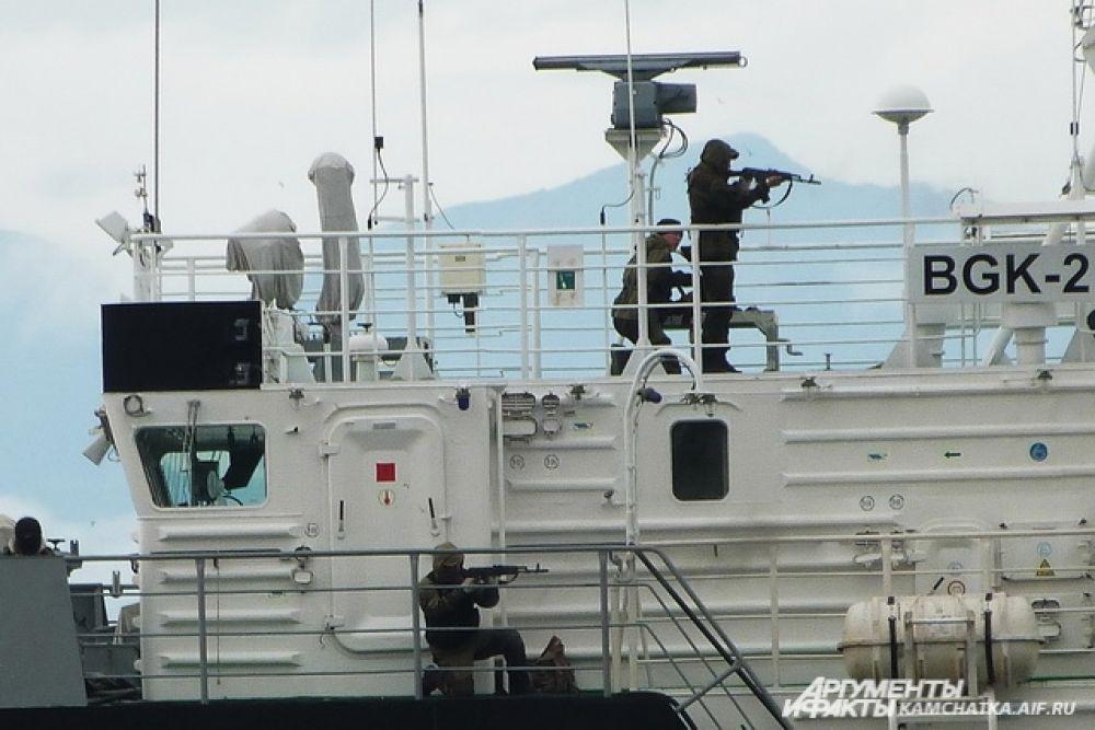Спецназ высадился на борт захваченного судна и уничтожил пиратов.