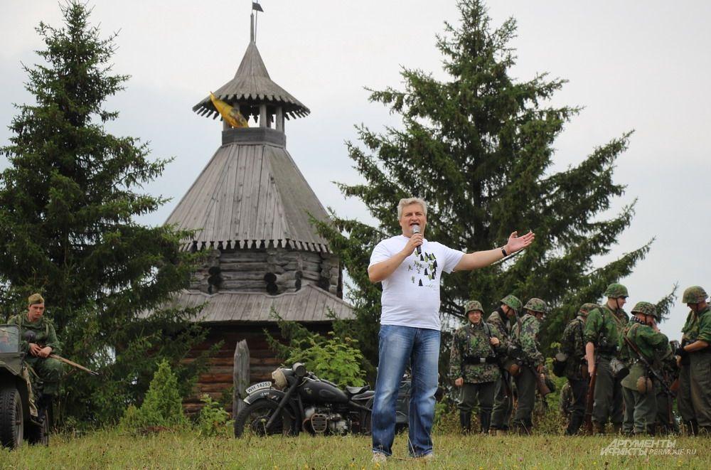 Перед началом реконструкции боя со вступительной речью выступил министр культуры Пермского края Игорь Гладнев.