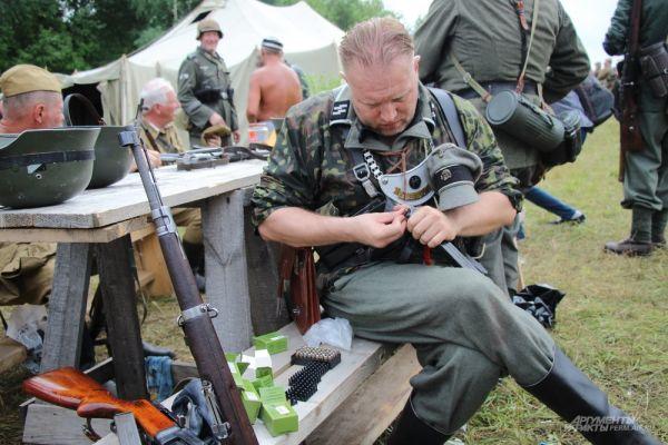 Перед боем участники реконструкции заряжали оружие патронами.