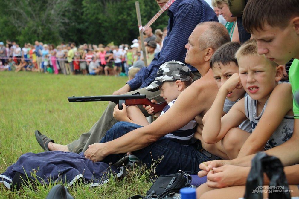 Дети с нетерпением ждали, когда начнётся реконструкция военного боя.