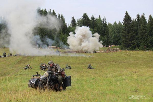 Во время боя храбрые красноармейцы несколько раз заставляли отступать солдат противника.