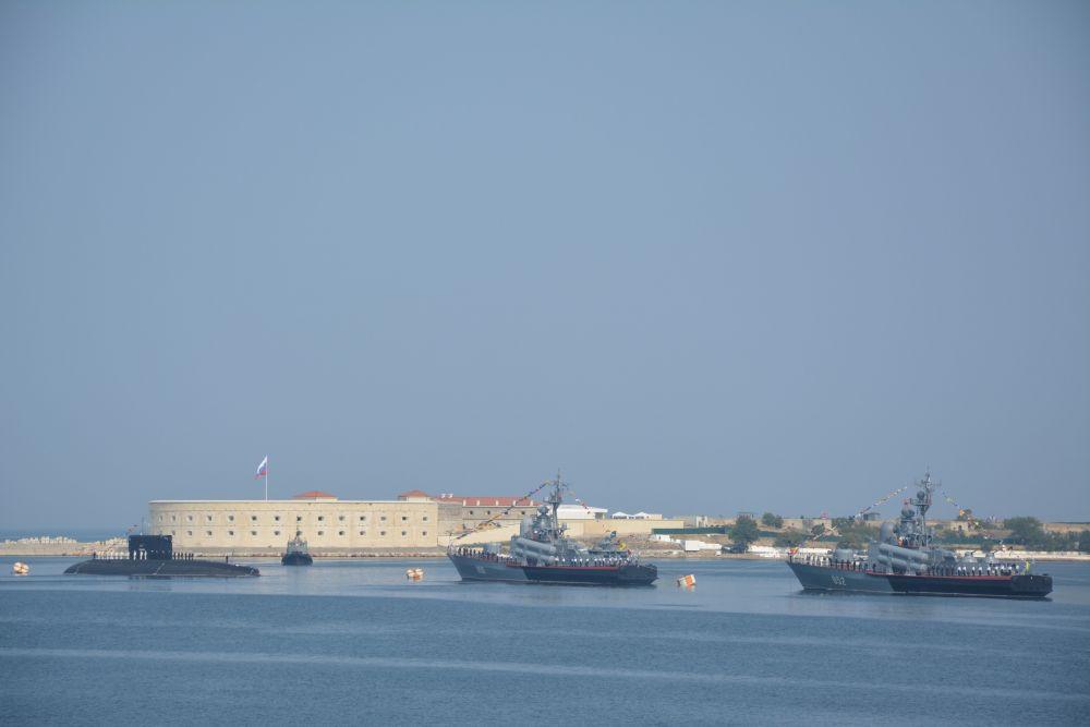 Всего в параде было задействовано более 20 боевых кораблей и катеров, десять вспомогательных судов, 30 единиц техники береговых войск Черноморского флота.