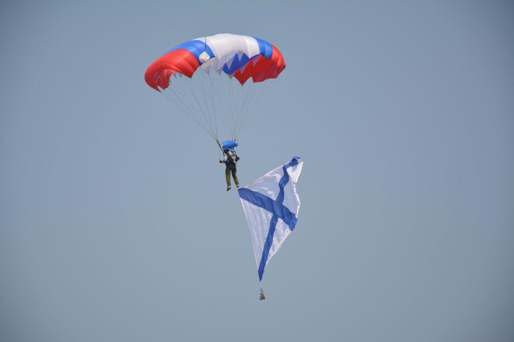 групповой прыжок парашютистов с флагами.
