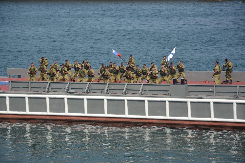 демонстрация боевой подготовки моряков...