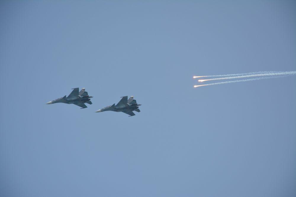 ... и мастерства военных летчиков;