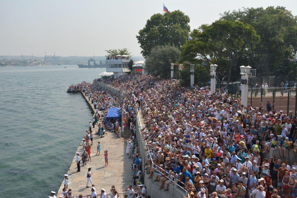 Гости и жители Севастополя наблюдали за парадом с берега.
