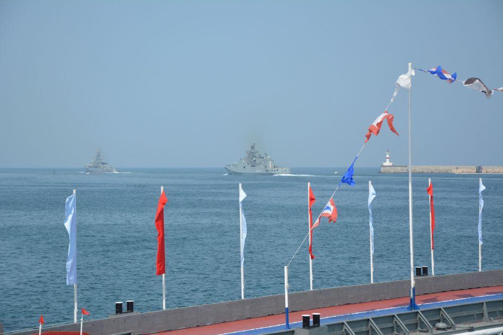 Праздник продолжился выставкой вооружения и военной техники на главной площади города, показом кораблей и гала-концертом.