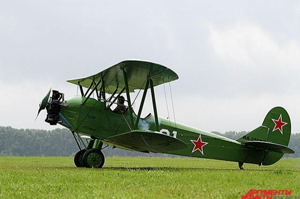 Авиационный праздник открыли легкомоторные самолеты.