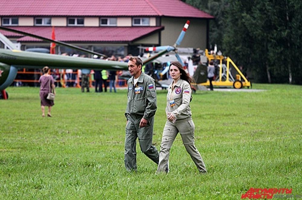 Зрители начали появляться на взлетно-посадочном поле уже в 7 утра. Участники появились тоже задолго до начала шоу.