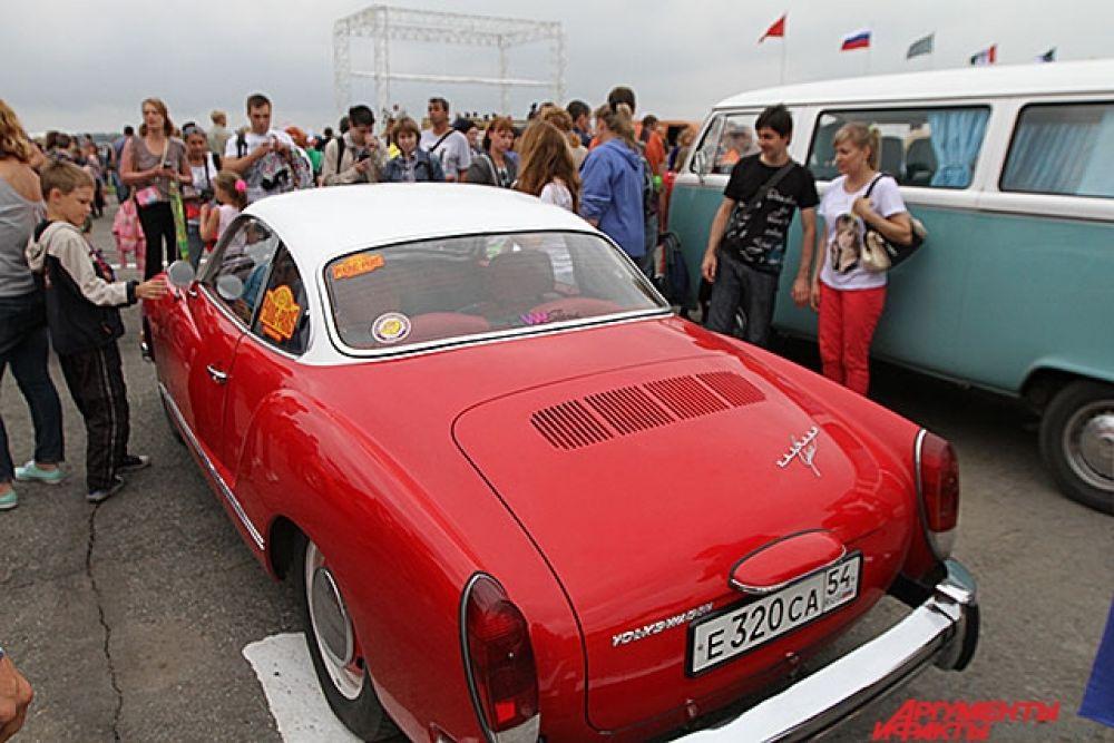 Пока ждали начала шоу можно было побродить по выставке ретро-техники и сделать селфи с автомобилем из прошлого.