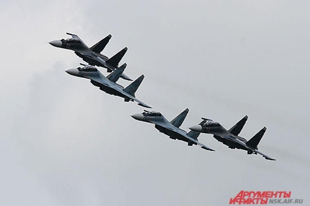 Молниеносные «Соколы России» на боевых Су-30СМ ровным строем и с бешеным рёвом кружили над взлетным полем почти 15 минут.