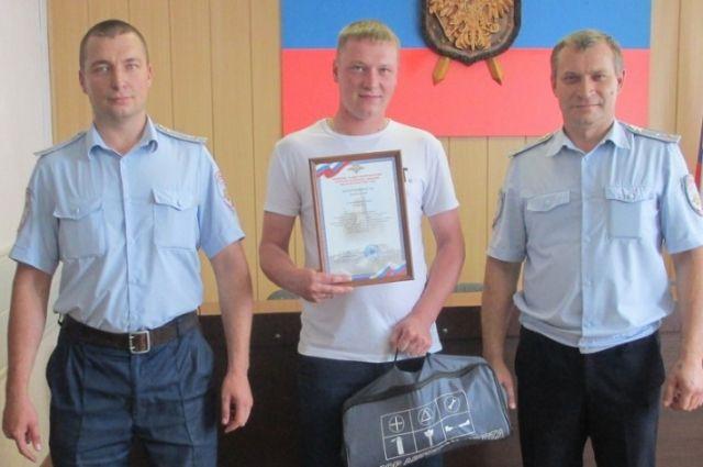За неравнодушие и проявленное мужество Павлу Александрову вручили Благодарственную грамоту и подарок.